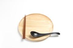 木板材或盘子有筷子和匙子的隔绝了白色背景 库存照片