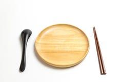 木板材或盘子有筷子和匙子的隔绝了白色背景 免版税库存照片