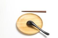 木板材或盘子有筷子和匙子的隔绝了白色背景 免版税图库摄影