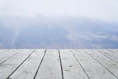 木板条和山在背景中 免版税图库摄影