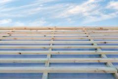 木板条板接近的照片在小屋新的屋顶的反对镇静天空蔚蓝的 库存图片