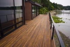 木板条甲板露台海滩水当代江边家 库存照片