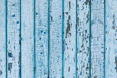 从木板条的墙壁与蓝色油漆 在木头的破裂的油漆 库存照片
