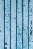 从木板条的墙壁与蓝色油漆 在木头的破裂的油漆 免版税库存照片