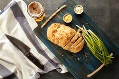 木板用啤酒面包鲜美大面包  免版税库存照片