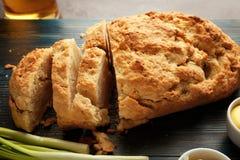 木板用啤酒面包鲜美大面包  库存照片