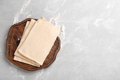 木板用在桌上的新鲜的面团,顶视图 图库摄影