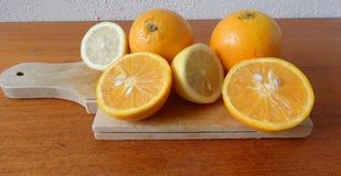 木板用新鲜的桔子和柠檬 库存图片