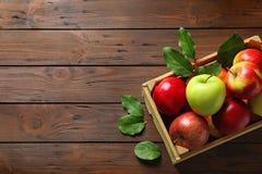 木板箱用成熟水多的苹果 免版税库存图片