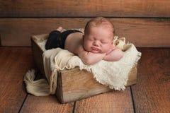 木板箱的睡觉的男婴 免版税库存照片