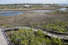 木板走道在忽略娱乐中心的大盐水湖国家公园在大盐水湖国家公园在彭萨科拉,佛罗里达 库存图片