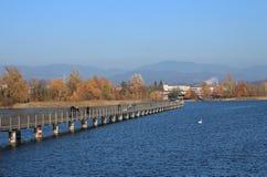 木板走道在拉珀斯维尔,秋天场面在瑞士 免版税库存图片