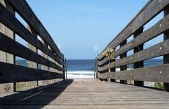 木板走道海洋 库存照片
