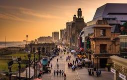 木板走道的看法日落的,在大西洋城,新泽西 免版税库存照片