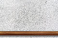 木架子空的上面在白色磨石子地石墙backg的 免版税库存图片