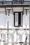 木柱子支持的一个老部分开放大厦和的窗口 库存照片