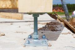 木柱子特写镜头在建造场所的有螺丝的 木柱子是在基础或P可以被安置的结构 图库摄影