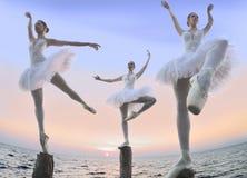 木柱子的三位芭蕾舞女演员 库存照片