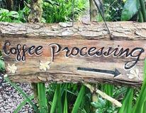 木标志用题字过程咖啡在巴厘岛 库存图片