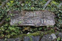 木标志,与文字,文本到对绳索`的德国`请求狗里 库存照片