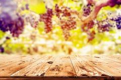 木桌上面与葡萄园的 库存照片