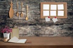 木桌内部kichen与木厨具 库存照片