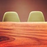 木桌和减速火箭的样式椅子 免版税库存照片