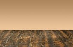 木桌和抽象背景文本或产品空间的 免版税库存照片