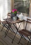 木桌和椅子与花 免版税库存图片