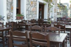 木桌和椅子在一个街道咖啡馆在一个晴天 免版税库存图片