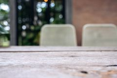 木桌和椅子在咖啡馆与迷离bokeh提取葡萄酒背景 免版税图库摄影
