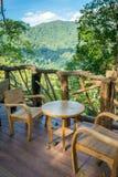 木桌和椅子在咖啡馆 免版税库存照片