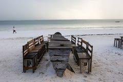 木桌和椅子在海滩 lounging的家具  免版税图库摄影