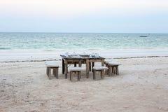 木桌和椅子在海滩 lounging的家具  库存图片
