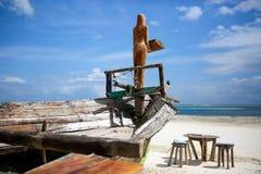 木桌和椅子在海滩 lounging的家具  免版税库存照片