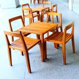 木桌和椅子 免版税库存照片