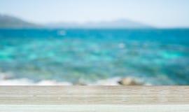 木桌和海滩视图空的上面  免版税库存照片