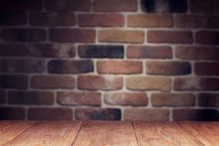 木桌和砖墙 免版税图库摄影