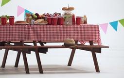 木桌和红色餐巾盖子室外党的 库存图片