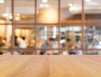 木桌和迷离餐馆 免版税库存图片