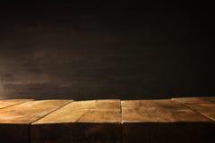木桌和黑板背景 为产品显示蒙太奇准备 免版税图库摄影