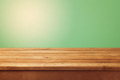木桌和绿色背景产品蒙太奇显示的 库存图片