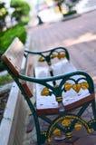 木桌在庭院里 免版税库存照片