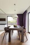 木桌在现代屋子里 免版税库存图片
