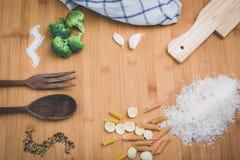 木桌用米 免版税库存图片