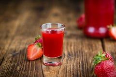 木桌用草莓利口酒,选择聚焦 库存照片