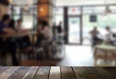 木桌的图象在摘要前面的弄脏了背景  免版税库存照片