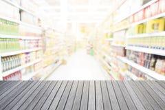 木桌空的上面和超级市场弄脏背景 免版税库存照片