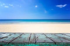 木桌空的热带海滩上面和看法  免版税图库摄影