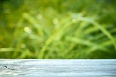 木桌蓝色颜色的表面在背景的 库存图片